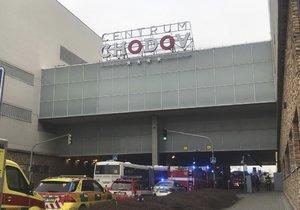 Hasiči preventivně evakuovali obchodní dům Chodov.