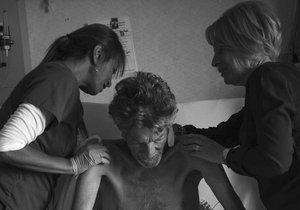 Na nemocničním pokoji trávila rodina s mužem denně deset hodin.