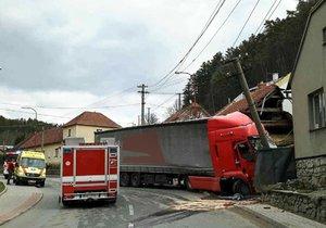 Kamion naboural v úterý hodinu před polednem do rodinného domu v Lažánkách na okraji Blanska.
