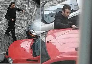 Provázkem chtěl otevřít automobil. Neúspěšný pokus natáčel samotný majitel na mobil.