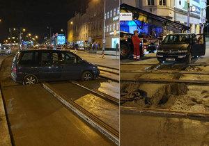 V Českomoravské ulici najel řidič autem do čerstvého betonu