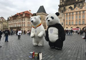 """Obří pandy a """"bublifukáři"""" v centru Prahy končí. Pouliční umělci opustí i Staromák"""