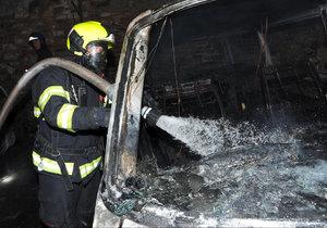 VIDEO: »Žhavá« noc pražských hasičů. K požárům vyjížděli do Řeporyjí a Braníka, na Výtoň i na Žižkov