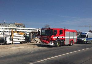 V pondělí 1. dubna V ulici Novovysočanská v Praze 9, u čerpací stanice Benzina, byla při výkopových pracích nalezena munice.