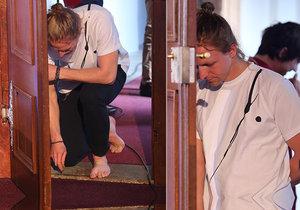 Tomáš Klus se před vystoupením zul a pomodlil.