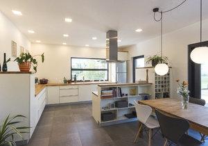 Modernímu interiéru v severském  stylu vládne bílá, šedá a dřevo