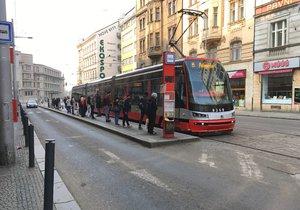"""Velké omezení mezi """"Strossem"""" a Hradčanskou: Kvůli havárii vody nejezdí tramvaje"""