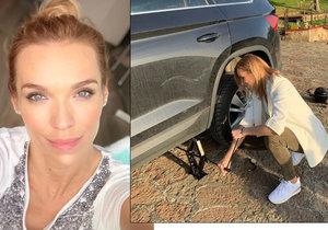 Hana Mašlíková opravovala píchlou pneumatiku v bílém saku.