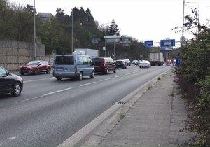 Zipování řidičů v Praze u omezení v ulici K Barrandovu.