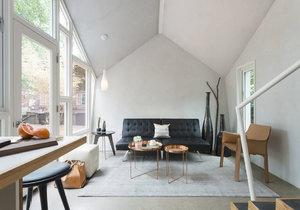 Moderní dům s fasádou z cedrového šindele má podobný tvar jako úl