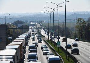 Zavřená D1! V noci po dálnici u Prahy střídavě neprojedete, budou se montovat nosníky