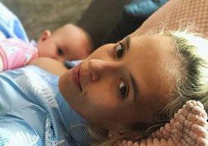Tamara Klusová se zastává kojících žen na veřejnosti a přidala archivní fotku ze srpna, kdy kojila svou nejmladší dceru Jenovéfu.