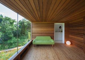 Dřevěný dům ve tvaru krychle nabízí útulné bydlení pro dva