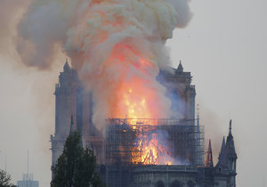Věž pařížské katedrály Notre-Dame se kvůli mohutnému požáru 15. 4. 2019 zřítila.