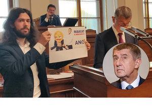 """Pirát Ferjenčík """"provokoval"""" ve Sněmovně. V nestřežený okamžik se nechal vyfotit vedle řečnícího Babiše"""