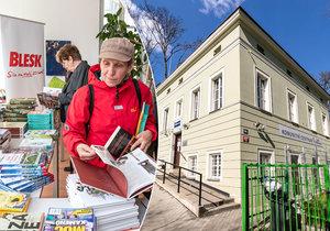 Blesk rozdával v komunitním centru Prádelna knihy seniorům zdarma.