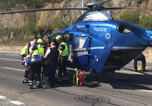 Senior nezvládl jízdu na tříkolce a boural. Přiletěl pro něj vrtulník a převezl ho do nemocnice.