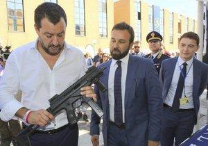 Mediální poradce italského ministra vnitra Mattea Salviniho vzbudil pobouření zveřejněnou fotografií svého šéfa se samopalem v rukách.