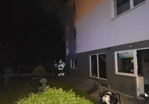 Hustý dým vyděsil obyvatele Nehvizd: Hořela prodejna elektrokol, škoda je dva miliony