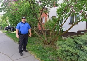 Strážník Karel Roštík (48) pracuje u městské policie už 26 let. Ukazuje místo, kde žena zkolabovala.