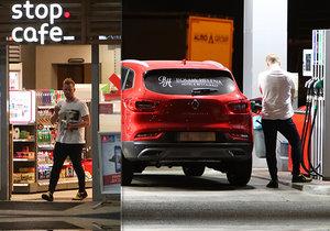 Jakub Prachař se po odchodu od Agáty zahnízdi v autě. V noci se občerstvil na benzince.