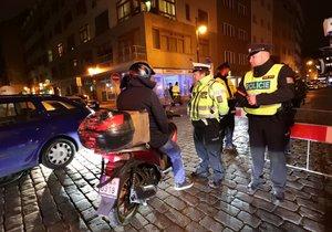 Policisté pod odbu dvou víkendů hlídali ulici Dlouhou a okolí. Povolený vjezd měli od 22:00 pouze rezidenti.