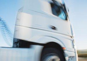 Kamion kličkoval po dálnici D5: Šofér po zastavení před policisty zkolaboval