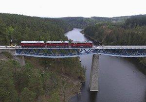 Na opravený most Rámusák nad přehradou Hracholusky vjely v rámci zatěžkávací zkoušky tři lokomotivy Sergej. Každá váží 116 tun.