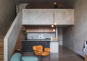 Domov inspirovaný brutalismem překvapí příjemnou atmosférou