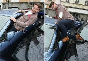 Josef Vágner se horko těžko dostával do svého auta. Musel tam vlézt okénkem.