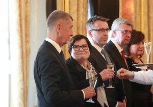 Povinné bublinky: K tradicím při jmenování nových ministrů patří také přípitek s prezidentem