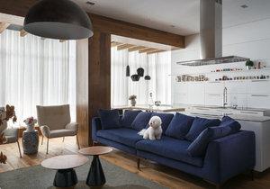 Stylový domov mladé rodiny zdobí dřevo, kov, cihly a bílé zařízení s akcenty v modré a žluté barvě