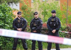 Evakuace na jihu Prahy: Hořelo v bytě, zemřela žena. Na místě se našel granát, dorazil pyrotechnik a mordparta.
