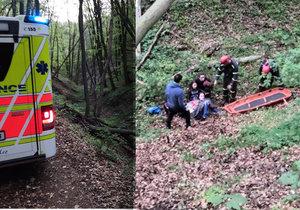 VIDEO: Dívka se u Karlštejna zřítila do rokle. Sanitka couvala čtyři kilometry lesní pěšinou