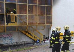 Za ubytovnou na Žižkově hořelo, hasiči evakuovali 15 lidí.
