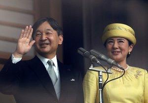 Japonský císař Naruhito s chotí Masako vítali tisíce Japonců (4. 5. 2019)