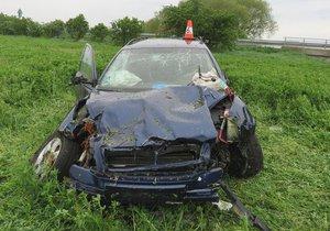 """Mladík (17) ukradl auto rodičům: Octavii pak  """"zrušil"""" v poli a utekl!"""