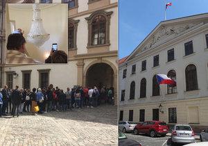Na vládní budovy se stály hodinové fronty.