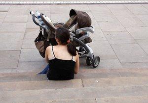 Opilá matka nadýchala 2,5 promile. Dítěti v kočárku je 8 let, tvrdila policistům