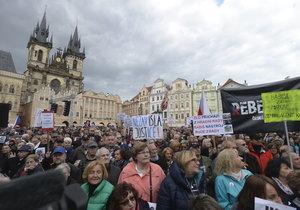 Lidé na pražském Staroměstském náměstí potřetí demonstrují za demisi ministryně spravedlnosti Marie Benešové. (13. 5. 2019)