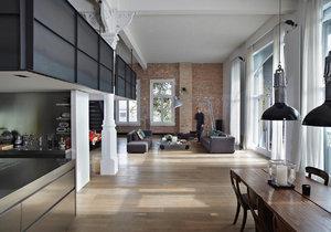 V interiéru loftu hrají prim umělý kámen, cihly a dřevo