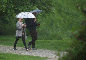 Lásko, voníš deštěm, zpívá Marie Rottrová. Čím ale ve skutečnosti voní déšť? Pravda nijak romantická není. Vůně deště je ve skutečnosti pach látky zvané geosmin. A tu produkují umírající půdní bakterie a plísně.(ilustrační foto)