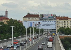 Reklamní plachta u Nuselského mostu v Praze
