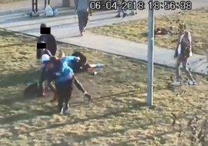Mladíci napadli v dubnu 2018 ochranku centra Nové Butovice.