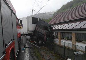 Po nehodě zůstal kamion zaklíněný v domě.