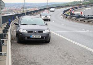 Auto straší v odstavném pruhu na Vysočanské radiále už měsíc.