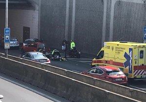 Kolaps za volantem! Před Zlíchovským tunelem se muži zastavil krevní oběh, další řidiči ho oživovali