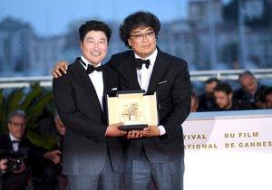 Režisér vítězného filmu Parazit Bong Joon-Ho (vpravo) s hercem Song Kang-hoem