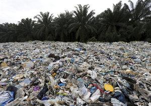 Ilegální skládka plastů v Malajsii, které se věnuje nový dokumentární film BBC. Končí na ní odpad z běžných supermarketů