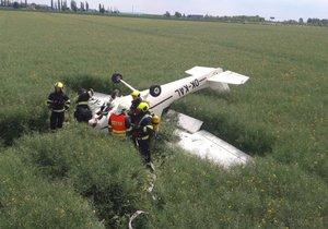 Letadlo Cesna 152 se zřítilo do pole v pražských Letňanech.